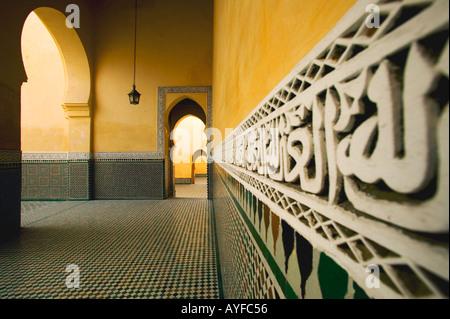 Altertümer Quranic Notierungen an den Fliesen zu arbeiten, um das Innere Wände des Mausoleum von Moulay Ismail Stadt - Stockfoto