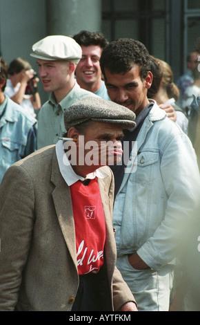 Mann mit einer Zigarette in seinem Ohr während Grimassen außerhalb des Centre Pompidou in Paris 1993 - Stockfoto