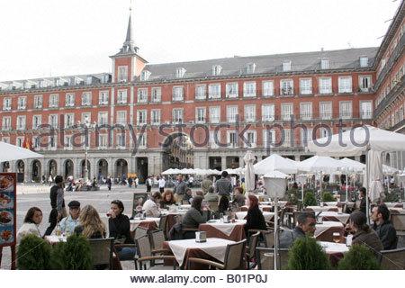 Menschen Essen in einem Restaurant an der Plaza Mayo, Madrid Spanien. - Stockfoto
