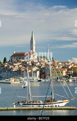 Kroatien, Istrien, Rovinj, Hafen & Kathedrale der Heiligen Euphemia - Stockfoto