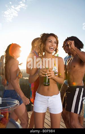 Männer und Frauen tanzen auf Terrasse - Stockfoto