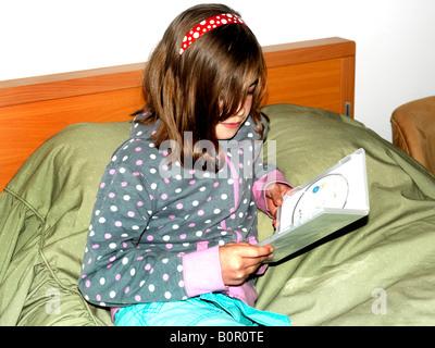 Zehn Jahre alten Mädchen Eröffnung einer DVD - Stockfoto
