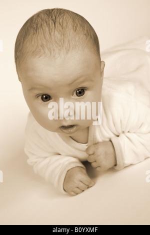 Baby Bauch niedlich Handauflegen - Stockfoto