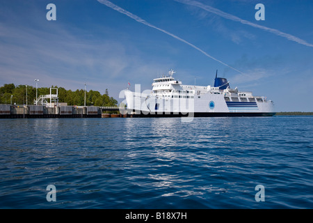 Chi-Cheemaun Fähre betreten Tobermory Hafens, Bruce Penninsula, Ontario, Kanada. - Stockfoto