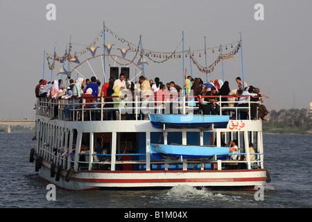Junge ägyptische ein Flussboot mieten und Partei abgeben. Nil Kreuzfahrt Ägypten - Stockfoto