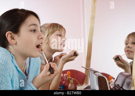 Mädchen Lipgloss auftragen - Stockfoto