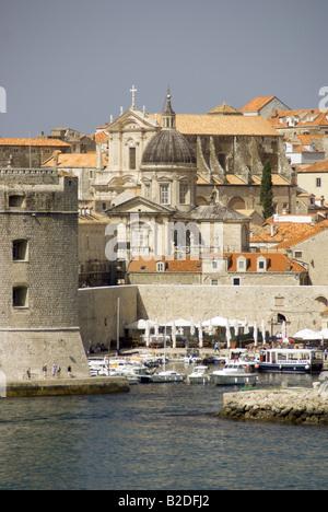 Von Dubrovnik Hafen unterhalb Kathedrale der Himmelfahrt der Jungfrau Maria und St. Ignatiuskirche in der Altstadt - Stockfoto