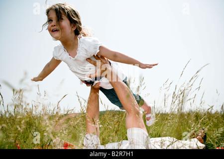 Mädchen statt empor fliegen - Stockfoto