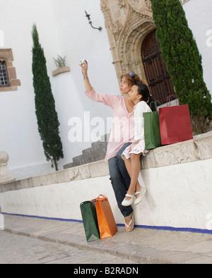 Mutter nehmen Foto mit Tochter - Stockfoto