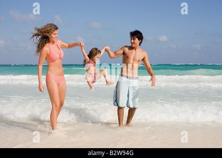 Eine Familie im Meer - Stockfoto