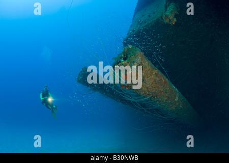 Taucher im 12-Zoll-Geschütze der USS Arkansas Battleship Marshallinseln Bikini Atoll Mikronesien Pazifik - Stockfoto
