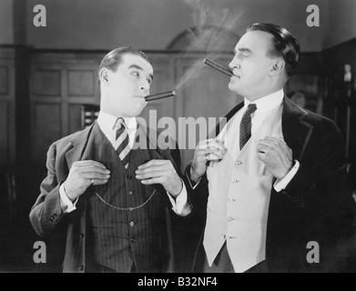 Zwei Männer, die rauchen Zigarren - Stockfoto