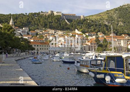 Hvar-Hafen und Stadt, mit Spanjola Zitadelle oben, auf der Insel Hvar - Stockfoto