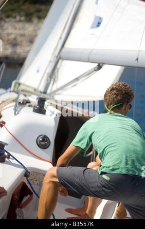 Besatzungsmitglied auf Charter Segelyacht Hvar Kroatien - Stockfoto