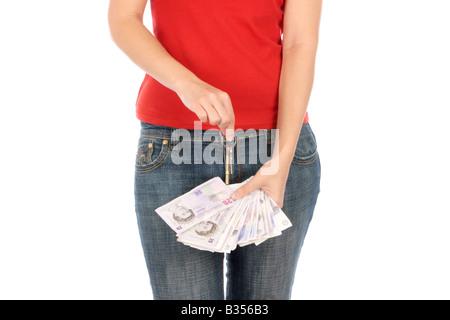 Junge Frau mit Schlüssel und Geld-Modell veröffentlicht - Stockfoto
