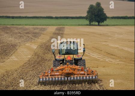 Rubber Track Crawler kultivieren Stoppeln - Stockfoto