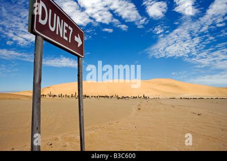 Namibia, Skeleton Coast, Walvis Bay. Das Zeichen, um die beliebten touristischen Düne Dune 7 befindet sich in der - Stockfoto
