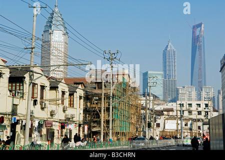 China, Shanghai. Moderne und alte Architektur renoviert. - Stockfoto