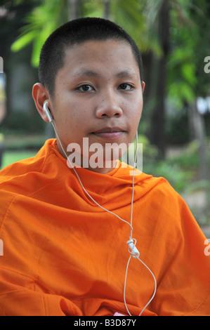 Mönch mit Kopfhörer - Stockfoto