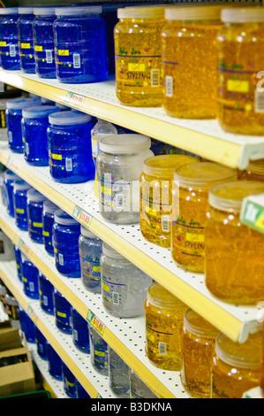 ZIHUATANEJO, Mexiko - Reihen von große Gläser von Haar Gel in den Regalen der Supermärkte. - Stockfoto