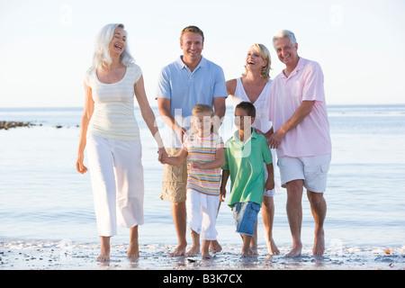 Großfamilie am Strand lächelnd - Stockfoto