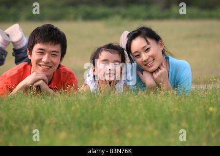 chinesische Familie picknicken im Freien, Peking - Stockfoto