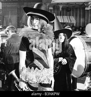 Beatles-Dateien 1968 John Lennon mit Yoko Ono während der Dreharbeiten der Rolling Stones Rock Roll Zirkus Dezember - Stockfoto