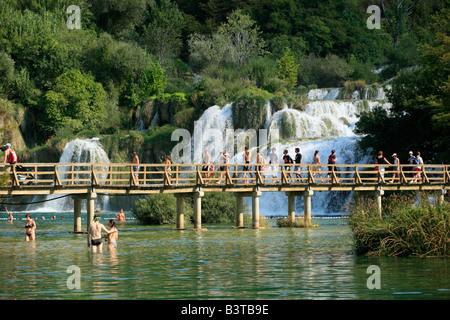 Wasserfall und Holzbrücke, Nationalpark Krka, Kroatien, Osteuropa - Stockfoto