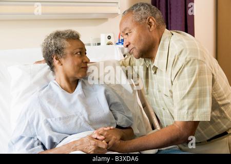 Älteres paar zusammenstehen im Krankenhaus - Stockfoto