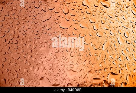 Ein Makro einige schöne Wassertropfen auf blauem Hintergrund - Stockfoto