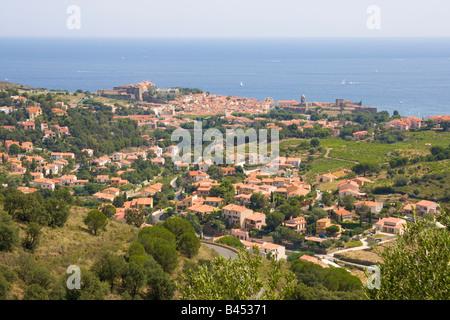 Blick über Collioure auf mediterrane Cote Vermeille / Southern France - Stockfoto