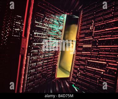 Mann PRINTED überprüfen PCB CIRCUIT BOARDS - Stockfoto