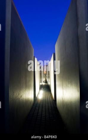 Abends Blick auf Illuminatad Betonsteinen und Weg am Denkmal für die ermordeten Juden Europas im zentralen Berlin - Stockfoto
