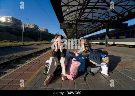 Zehn Jahre alten Mädchen wartet mit Gepäck Zug am Bahnhof in Prag - Stockfoto