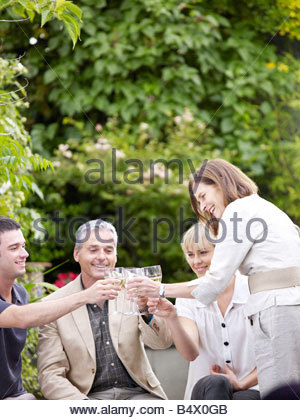Familienfest im Garten - Stockfoto