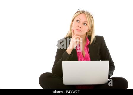 Geschäftsfrau vor Laptop denken sitzen - Stockfoto