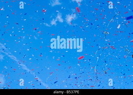 Horizontale Abstract des roten weißen und blauen Ticker-Bandes explodieren in der Luft gegen ein strahlend blauer - Stockfoto