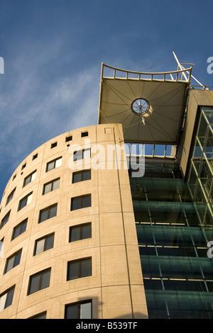 Bürogebäude betrachtet vom Stadtplatz, Leeds, West Yorkshire, England - Stockfoto