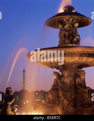Die Wasser-Brunnen in Place De La Concorde mit dem Eiffelturm Paris Frankreich Europa - Stockfoto