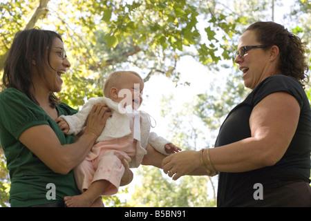 Babymädchen in Angst zu weinen, wenn fremde versucht, halten sie, im Freien, Südwesten der USA - Stockfoto