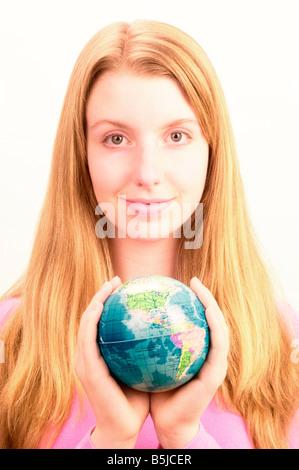Teenager-Mädchen halten Globus - Stockfoto