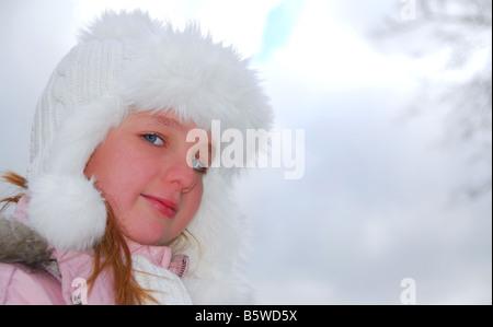 Porträt des jungen Mädchens tragen weiße Wintermütze außerhalb - Stockfoto