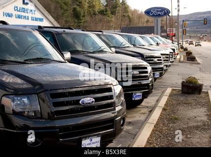 Ford LKW zum Verkauf in einer Linie mit einem Ford-Händler. - Stockfoto