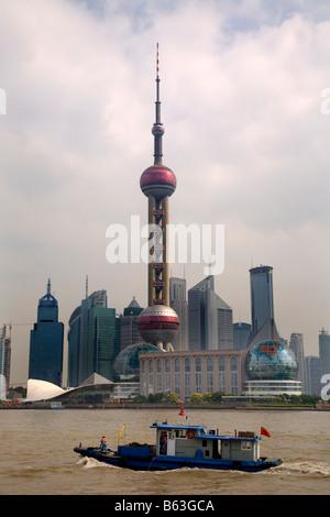 Shanghai Pudong Chna Skyline tagsüber mit Fernsehturm und Boot - Stockfoto