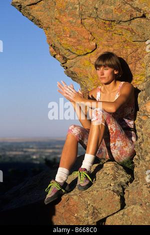 Frau Kletterer ruhen auf Felsvorsprung - Stockfoto