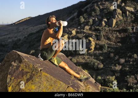 Männliche Kletterer trinken während einer Ruhepause - Stockfoto