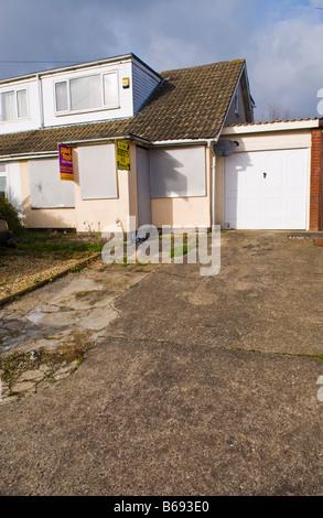 Repossessed Doppelhaushälfte Haus zum Verkauf Versteigerung in South Wales UK - Stockfoto