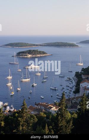 Hvar Stadt und Hafen Boote auf der kroatischen Insel Hvar in der Adria mit dalmatinischen Archipels Pakleni Inseln - Stockfoto