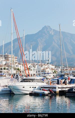 Marbella Malaga Provinz Costa del Sol Spanien Luxus Boote im Hafen von Puerto Jose Banus - Stockfoto