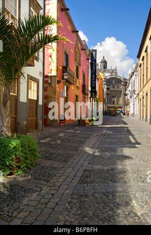 Typische bunte Straße in der Altstadt Vegueta Las Palmas, führend zu die Kathedrale Santa Ana, am späten Nachmittag - Stockfoto